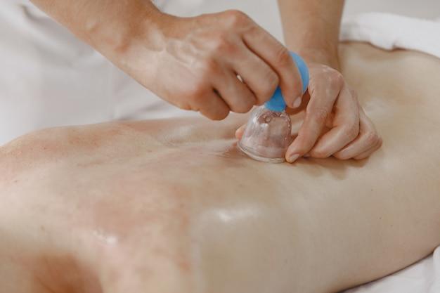 Conceito de saúde e beleza feminina. massagistas fazem massagem em uma garota. mulher em um salão de spa.