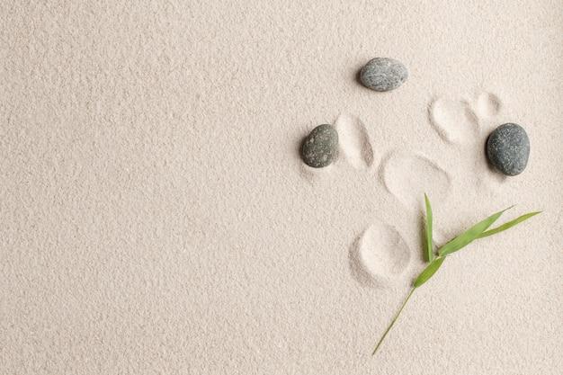 Conceito de saúde e bem-estar de pedras zen areia fundo