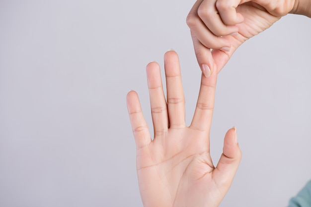 Conceito de saúde e médico. mulher, massaging, dela, doloroso, dedo indicador