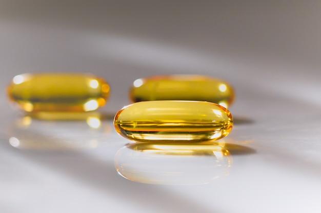 Conceito de saúde fechar cápsulas omega 3 em fundo desfocado