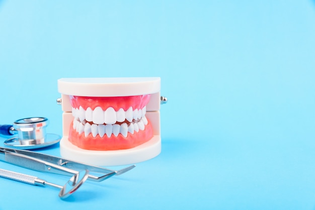Conceito de saúde higiene dental, dente branco e ferramentas de dentista para atendimento odontológico