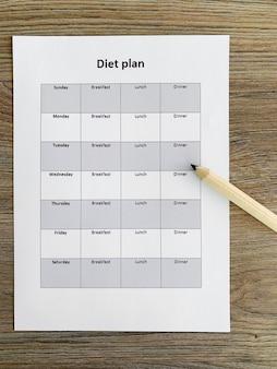 Conceito de saúde. plano de dieta em fundo de madeira.