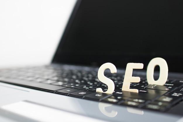 Conceito de search engine optimization, madeira de seo no notebook