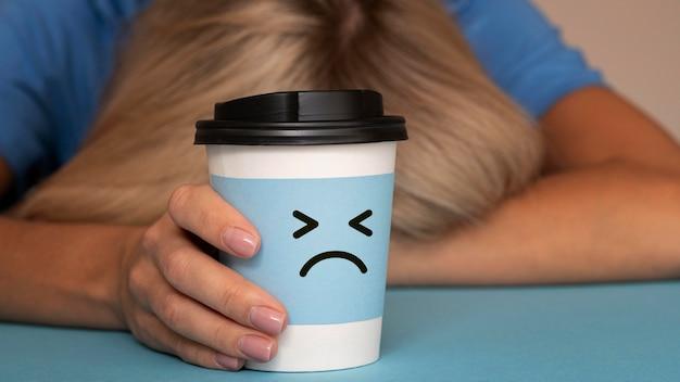Conceito de segunda-feira azul com cara triste na xícara