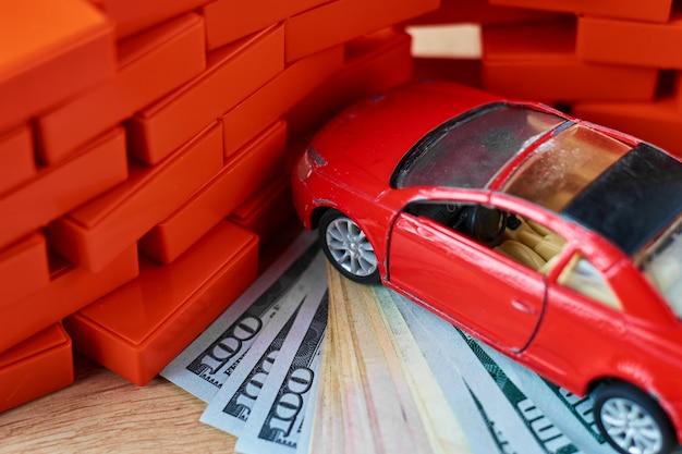 Conceito de segurança de condução. o carro bateu em uma parede de tijolos. pagamentos de seguro após o acidente