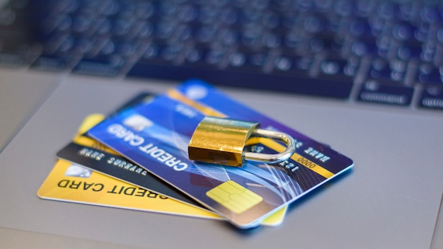 Conceito de segurança do cartão de crédito, cartão de crédito com cadeado