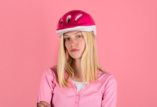 Conceito de segurança do estilo de vida do esporte, jovem mulher bonita usando capacete de ciclista, menina bonita de ciclismo em