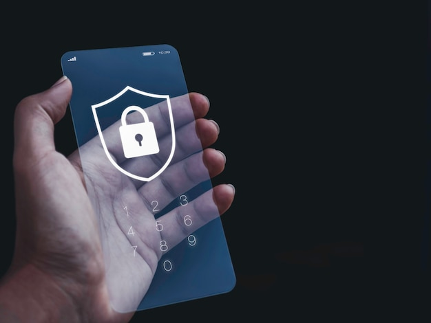 Conceito de segurança e privacidade do smartphone. escudo branco e gráfico de ícone de cadeado com números para senha na tela de bloqueio do telefone futurista de vidro transparente na mão em um fundo escuro com espaço de cópia.