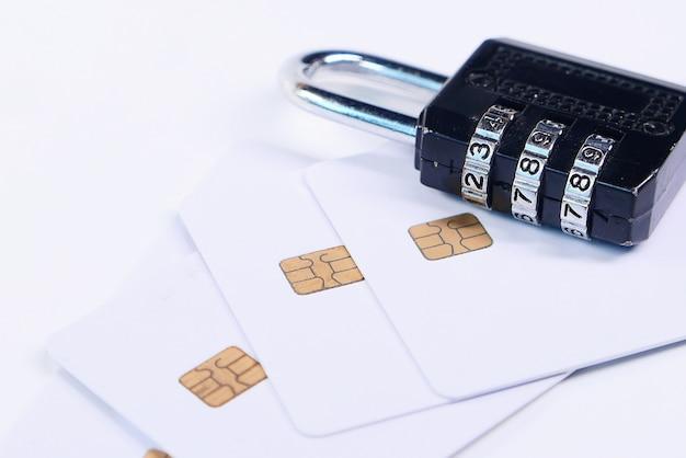 Conceito de segurança na internet com cadeado e cartões de crédito na mesa branca
