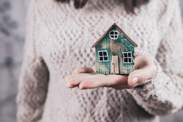 Conceito de seguro de proteção e cuidados familiares. modelo de uma pequena casa