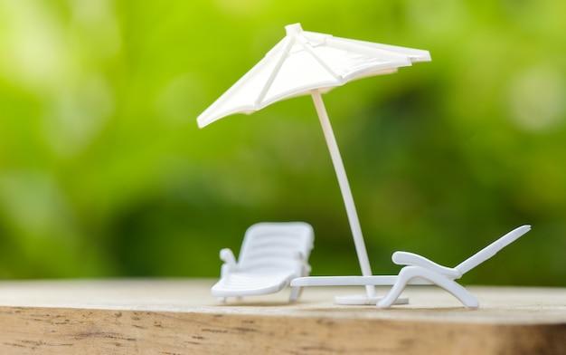 Conceito de seguro de vendas ou plano relaxar na proteção de guarda-chuva de férias