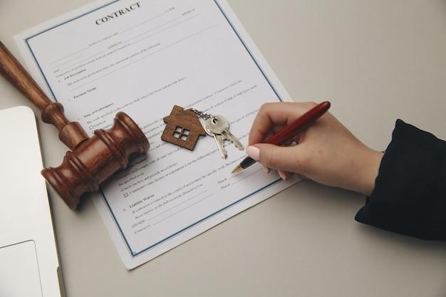 Conceito de seguro, direito e justiça em casa.