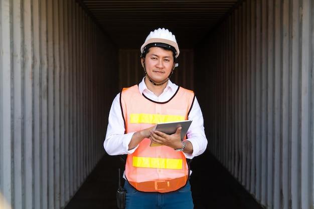 Conceito de seguro marítimo e transportador. engenheiro verificando dentro da caixa de contêineres no porto de embarque. conceito de logística de negócios de importação e exportação.