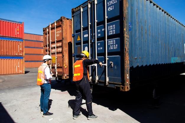 Conceito de seguro marítimo e transportador. homem de dois portos trabalhando no pátio de contêineres. controle de contramestre carregando caixa de contêineres no porto de embarque. conceito de logística de negócios de importação e exportação.