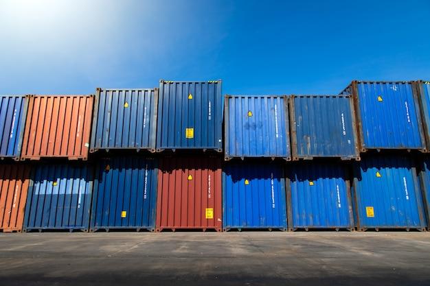 Conceito de seguro marítimo e transportador. pátio de contêineres de carga. caixa de contêiner de transporte de carga no pátio de transporte logístico. pilhas de contêineres de carga coloridos no porto de embarque.