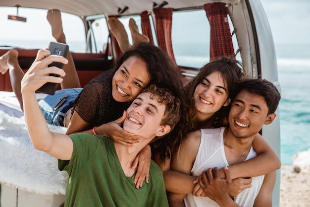 Conceito de selfie, abraçando o namorado de volta na van retrô