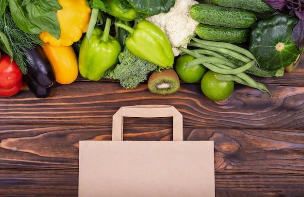 Conceito de serviço de entrega de supermercado na internet no mercado online
