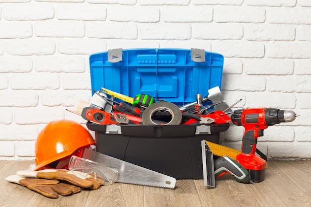 Conceito de serviço de suporte, caixa de ferramentas com ferramentas