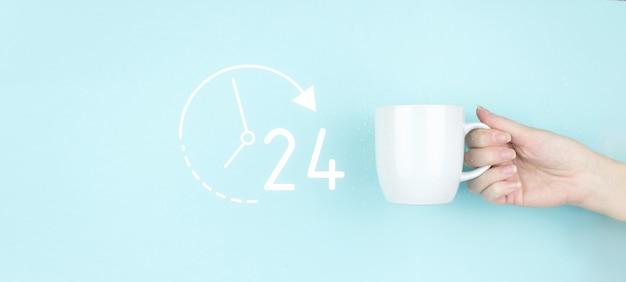Conceito de serviço em tempo integral. mão de menina segurar a xícara de café da manhã com sinal 24 7 durante todo o dia, toda a noite, ícone sobre fundo azul.