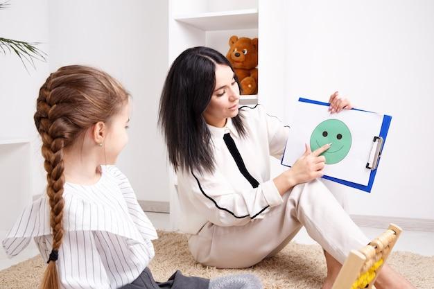 Conceito de sessão de terapeuta. psicóloga feminina trabalhando com criança pequena.
