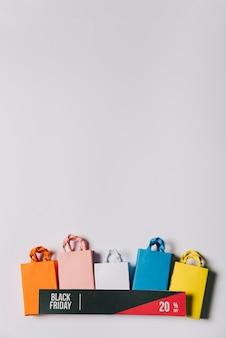 Conceito de sexta feira preta com banner e bolsas