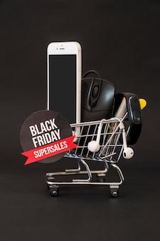 Conceito de sexta feira preta com smartphone, mouse e rótulo no carrinho