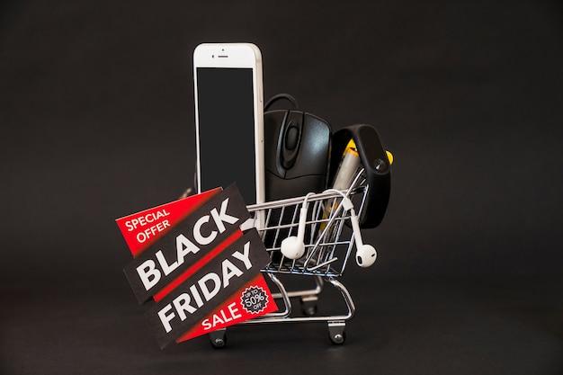 Conceito de sexta feira preta com smartphone no carrinho