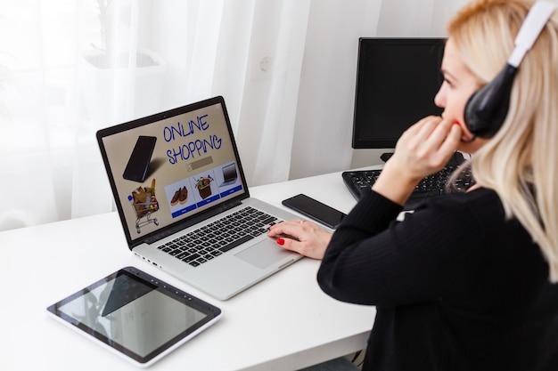 Conceito de shopaholic para promoção de negócios on-line e-shopping