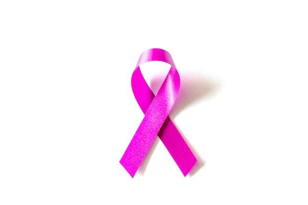 Conceito de símbolo de câncer de mama. fita rosa em fundo branco com traçado de recorte.