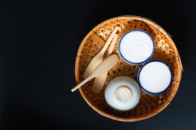 Conceito de sobremesa de comida sobremesa tailandesa kanom tuay arroz de coco e creme pandan em uma pequena xícara de porcelana