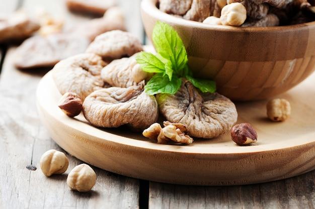 Conceito de sobremesa saudável com figos e nozes