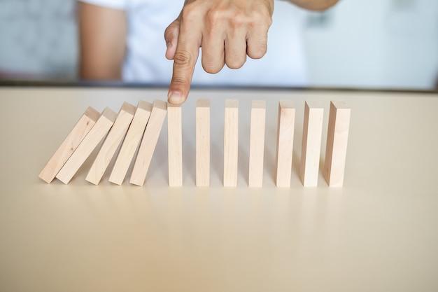 Conceito de solução com blocos de madeira de parada manual