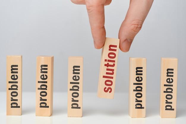 Conceito de solução do problema - mão segura o bloco de madeira com a inscrição.