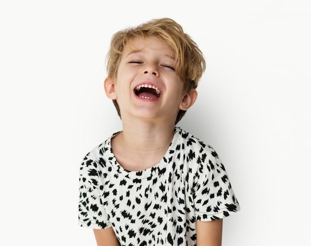 Conceito de sorriso do retrato do estúdio do menino