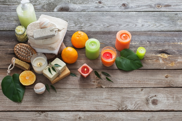 Conceito de spa com frutas laranja em fundo de madeira velho