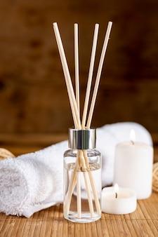 Conceito de spa com paus perfumados e toalha