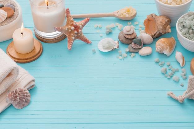 Conceito de spa com velas no fundo de madeira azul