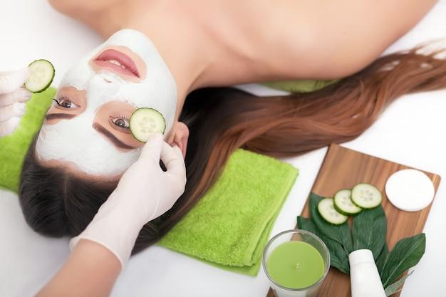 Conceito de spa. mulher jovem, com, nutriente, máscara facial, em, salão beleza, cima