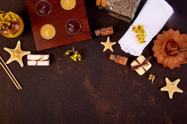 Conceito de spa. velas aromáticas, sabonete beleza e cosméticos spa