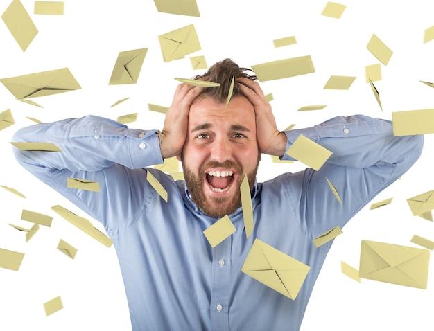 Conceito de spam com homem e e-mail voador