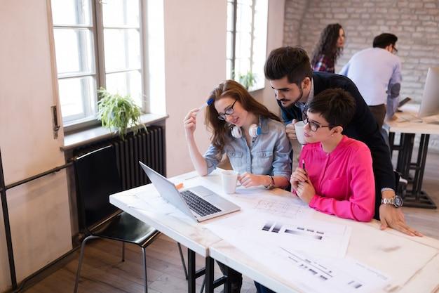 Conceito de startupteamwork brainstorming meeting. pessoas trabalhando juntas no projeto