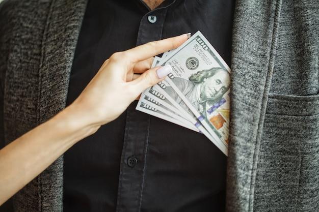 Conceito de suborno. conceito ilegal da espionagem do negócio corporativo da corrupção