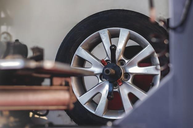 Conceito de substituição de pneus. garagem 'ferramentas e equipamentos