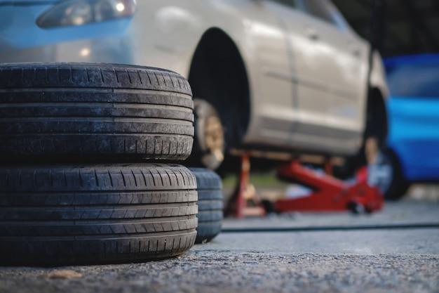 Conceito de substituição de pneus. garagem 'ferramentas e equipamentos.