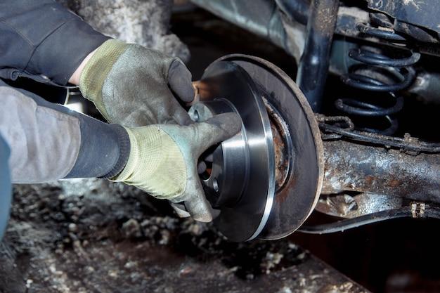 Conceito de substituição do antigo cubo enferrujado e desmontagem do carro de rolamento de roda
