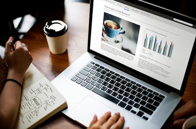 Conceito de sucesso de crescimento de laptop de inicialização de negócios