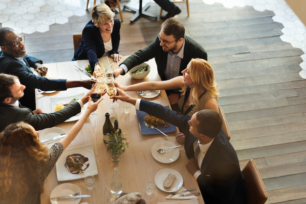 Conceito de sucesso de festa de celebração de equipe de negócios