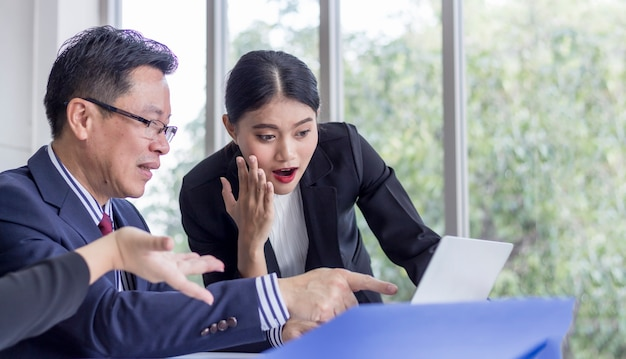 Conceito de sucesso; equipe de negócios olha para a tela do laptop com expressão de alegria e excitação. trabalhador de escritório feminino surpreso no local de trabalho.