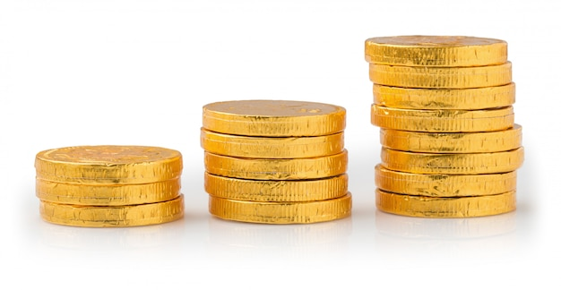 Conceito de sucesso nos negócios, pilha de moedas de ouro isolado em um fundo branco