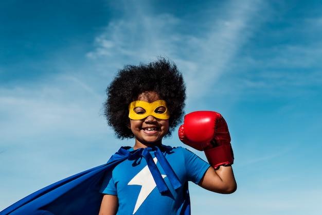 Conceito de super-herói de menino pequeno